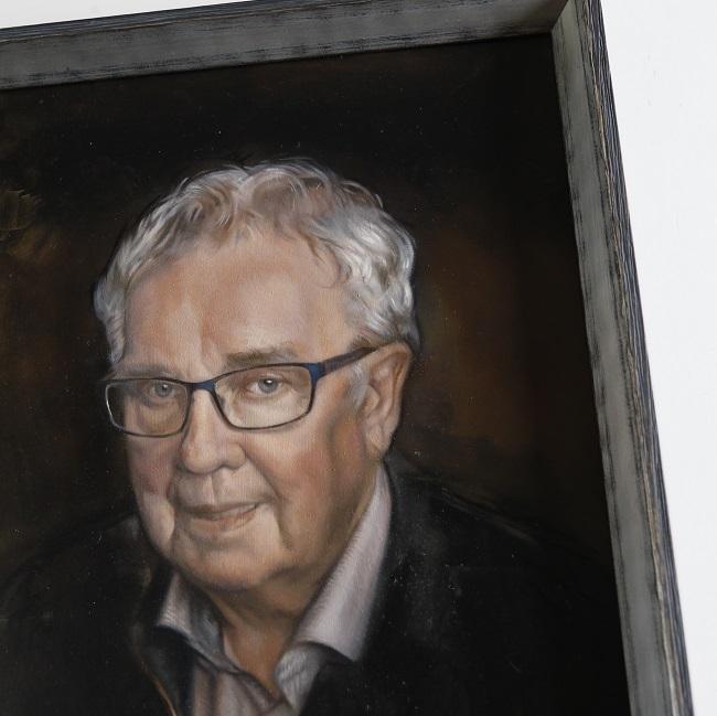 portret van man geschilderd in olieverf op paneel door jennifer koning