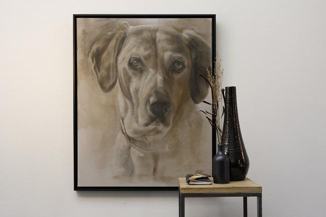 schilderij hond in mixed media door jennifer koning (2) ingelijst aan de muur