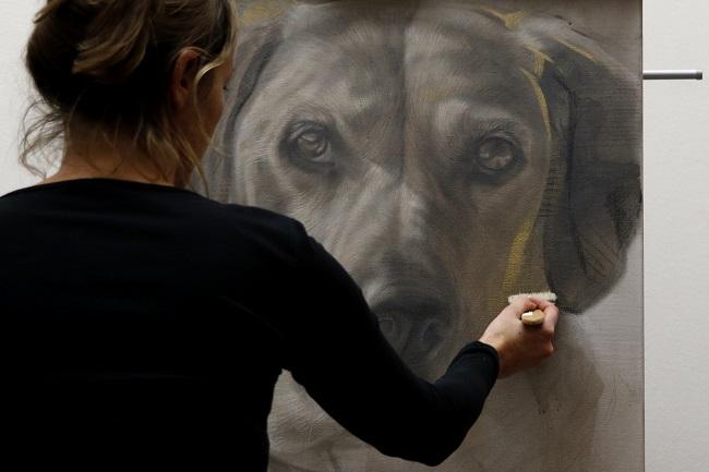 portret schilderij hond in acryl en mixed media op doek - werk in uitvoering door jennifer koning